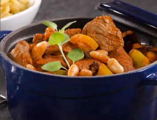 Gulasch vom Junglamm mit Paprika und Bohnen