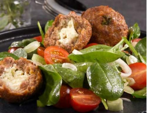 Junglamm- Bällchen mit Käse und Paradeiser-Spinatsalat