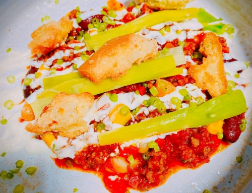 Chili con Lamm, Lauchöl, geschmortem Lauch, Creme Frâiche und Focaccia-Croutons